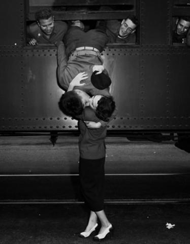 Resultado de imagem para paris beijo trem