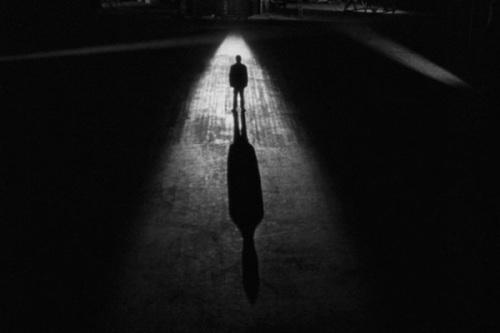 hitchcock cameo - o homem errado (1956)