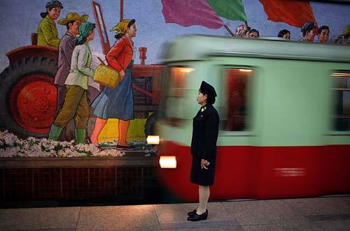 Metrô de Pyongyang - Coreia do Norte - foto de Tomas van Houtryve
