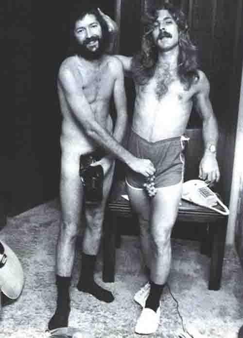 Eric Clapton em 1975 ao lado do tecladista Dick Simms